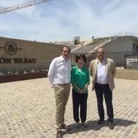 La alcaldesa visita las obras de la Bodega Ramón Bilbao
