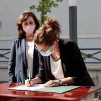 La alcaldesa de Haro, Laura Rivado, firma el convenio de cabeceras